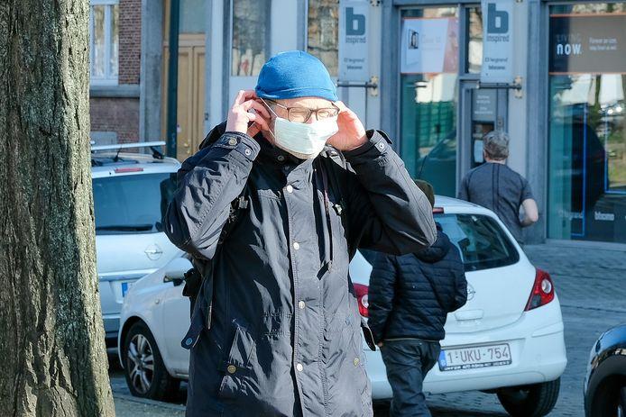 """""""Een chirurgisch mondmasker helpt alleen als je anderen wil beschermen tegen stoffen die jij uitademt"""""""