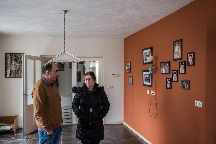 Els en Tom Bakker in de woning die ze gedwongen moesten verlaten in Elst. Archieffoto ter illustratie.