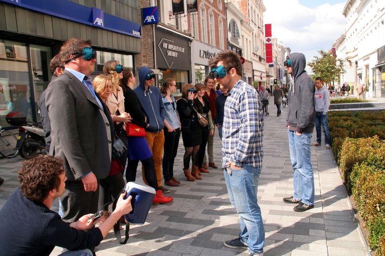 Jongeren van Den Eglantier tonen een groep mensen hoe geluid de beleving van een winkelstraat kan veranderen.