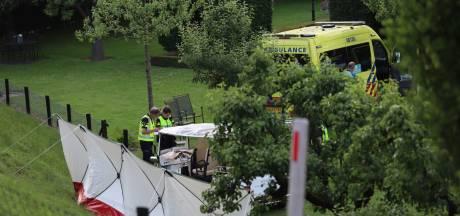 Dode en drie gewonden nadat tuktuk van dijk afraakt  in Kesteren: 'Dit wil je niet meemaken, verschrikkelijk'