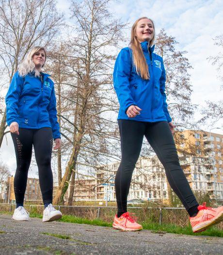 Suzanne en Laura halen wandelend van Harderwijk naar Amsterdam duizenden euro's op voor Veluwse Wens Ambulance