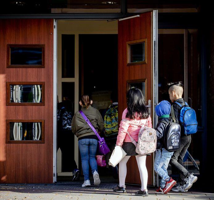 Scholen willen voorkomen dat ze klassen naar huis moeten sturen omdat leraren thuis zitten te wachten op een coronatest.