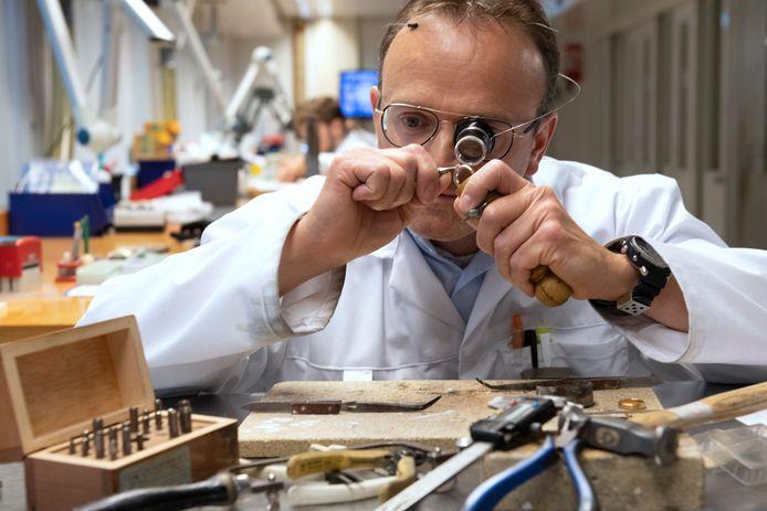 Juwelier Rijk van Manen uit Veenendaal: ,,Lokaal kennen ze me wel, maar mijn klanten worden ouder en verdwijnen.'