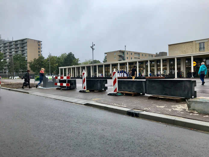 Vrijdagavond zijn bloembak-banden geplaatst, zodat op terrein voor de Lidl niet langer geparkeerd kan worden.