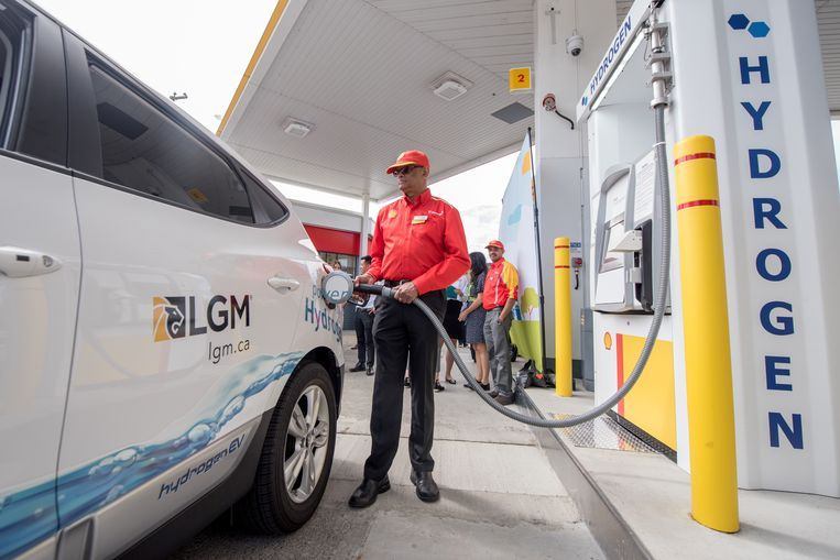 Waterstof is een van de dingen waarop Shell in de toekomst zal inzetten. In Vancouver, Canada, is het tanken van waterstof al mogelijk.  Beeld Reuters