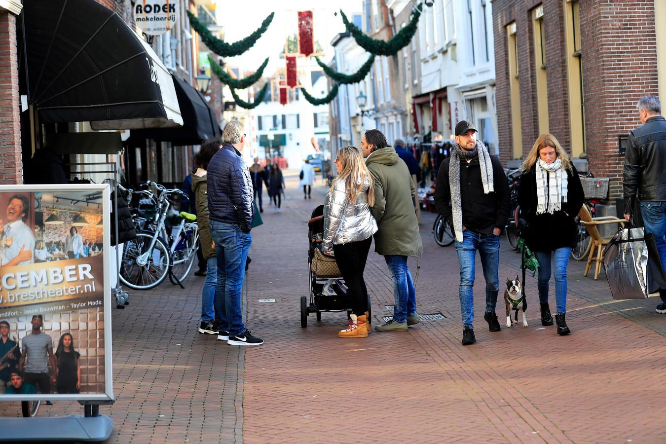 Waar er maar even plek is, zetten mensen hun fiets in de Brielse winkelstraten neer.