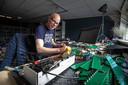 Dennis Bekkering in zijn werkruimte in Lelystad: ,,Ik zocht iets dat er niet was. Toen ben ik zelf maar gaan puzzelen.''