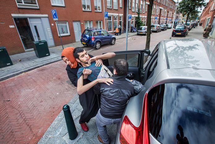 Abdullah Aydin is zwaar gehandicapt. Zijn vader Adnan en moeder Beyhan zien zich genoodzaakt hem grote stukken over straat te tillen omdat ze geen gehandicaptenparkeervergunning krijgen.