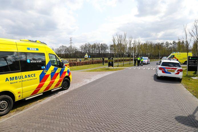 Na de valpartij in Apeldoorn rukken de hulpdiensten massaal uit; ook een traumahelikopter komt ter plaatse langs de A50.