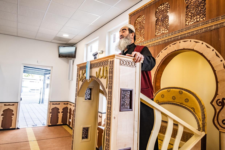 Vervangend imam Ahmed Anasseri op de preekstoel van de Al Fath Al Moebienmoskee in Oost waar GGD-arts Tjalling Leenstra de moskeegangers heeft voorgelicht over vaccinatie. Beeld Joris van Gennip
