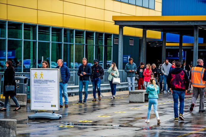 Een rij om de Ikea in Barendrecht weer in te komen na de sluiting in verband met het coronavirus.