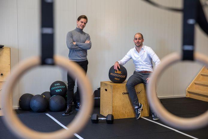 Guus van Diest (links) met Geert van der Heijden in zijn sportschool.