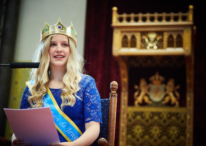 De 14-jarige Koningin van de Jeugd Sann Leisink draagt haar troonrede voor tijdens de Kleine Prinsjesdag.
