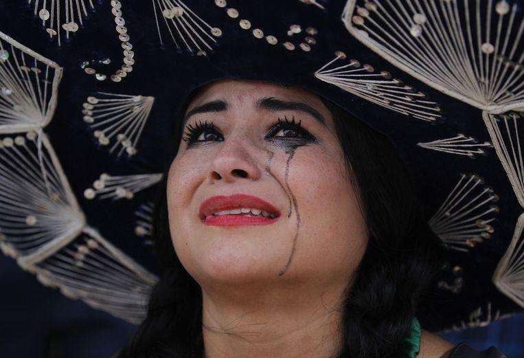 Een Mexicaanse supporter huilt nadat haar team heeft verloren tegen Nederland. Beeld ap