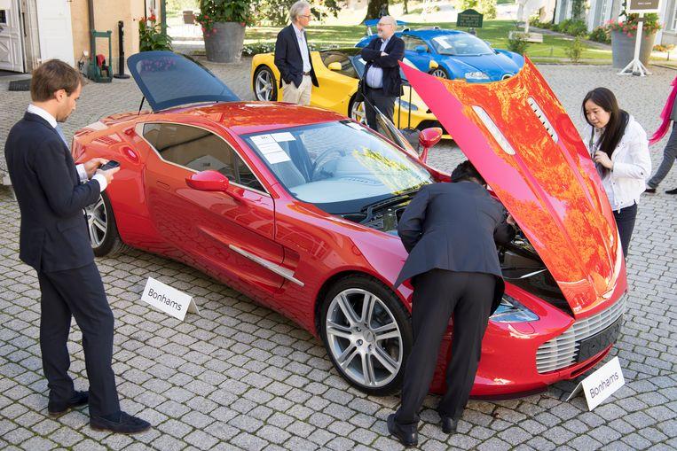 Onder de 25 geveilde auto's ook een Aston Martin One-77 Coupe (rood), een Ferrari LaFerrari (geel), en een Bugatti Veyron EB 16.4 Coupe (blauw). Beeld AP