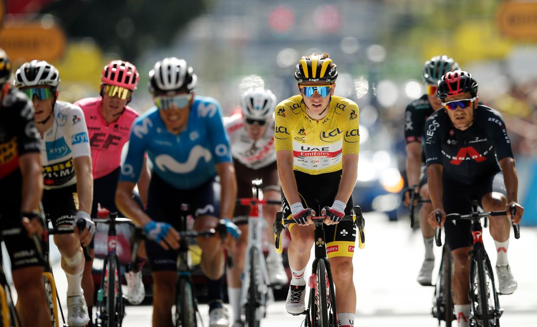 Tadej Pogacar in het geel in het groepje met favorieten op weg naar Andorra La Vella. Beeld REUTERS