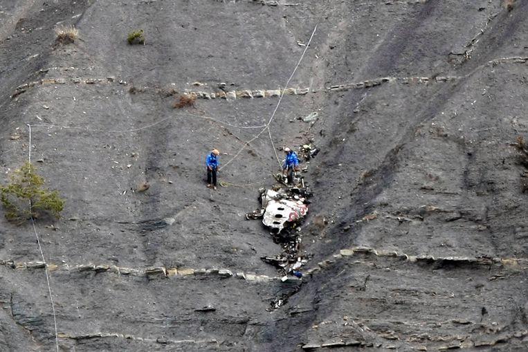 Reddingswerkers tussen de brokstukken van het neergestorte toestel van Germanwings. Beeld reuters