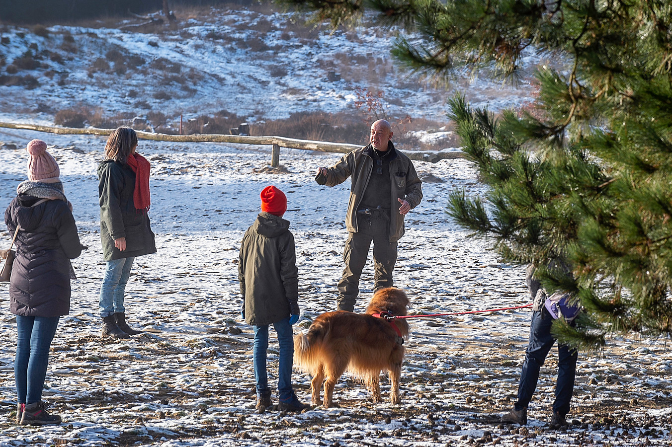 Groene boa Philip Oprel spreekt dit groepje aan. Ze liepen met hun hond onaangelijnd dwars door beschermd natuurgebied.