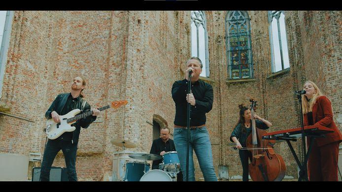 Na tien jaar radiostilte lanceert de band Dogwalker vandaag de videoclip van zijn single 'All of My Heart'. Dogwalker 2.0 hoopt deze zomer veel te kunnen optreden.