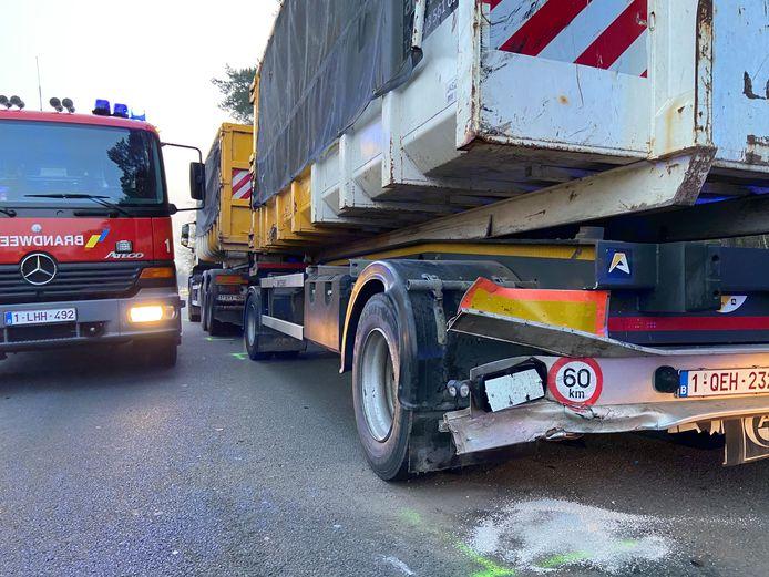 De auto botste op de linkerachterzijde van de vrachtwagen.
