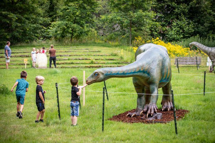 Sfeerfoto van de grote dino-expositie in Natura Docet in Denekamp.