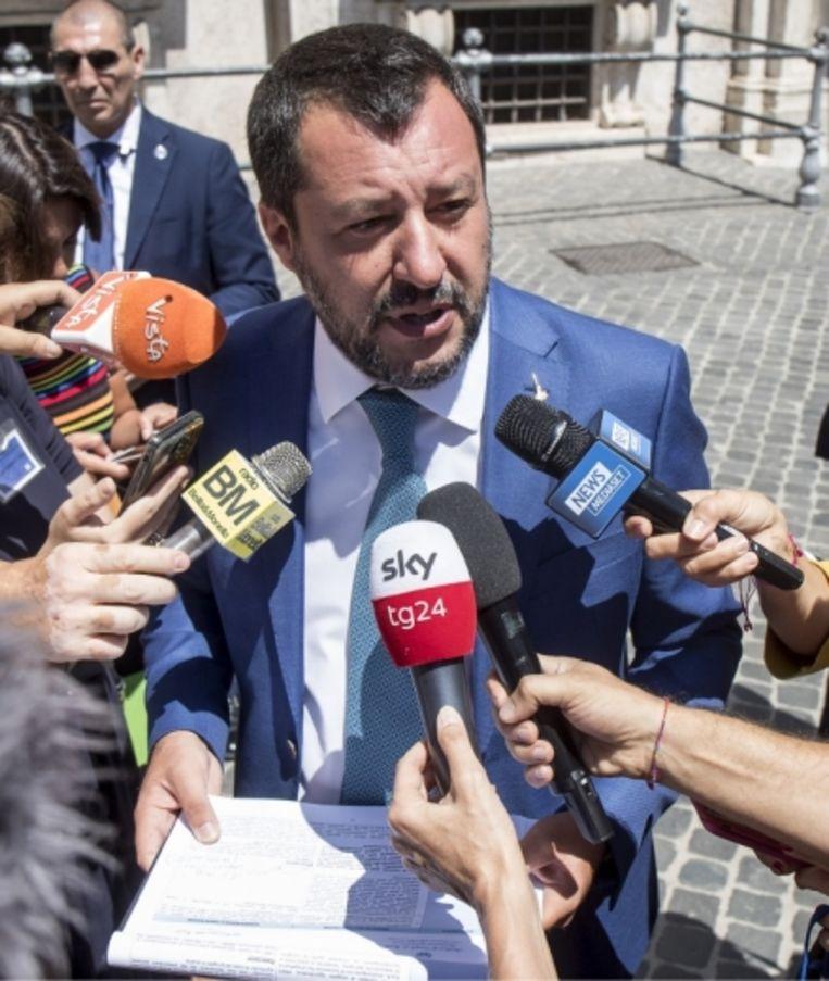 Matteo Salvini. 'Brengen die vermeende horden migranten ziektes en misdaad met zich mee, zoals minister Salvini en de zijnen beweren? Daar kun je toch alleen maar hard om lachen?' Beeld