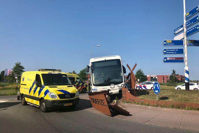 In Elburg is donderdagmiddag een buschauffeur onwel geworden tijdens het rijden. De bus kwam op een rotonde tot stilstand.