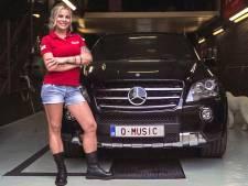 'Qmusic' staat er op de kentekenplaat van de Belgische Justyna: 'Ze denken dat ik bij de zender hoor'