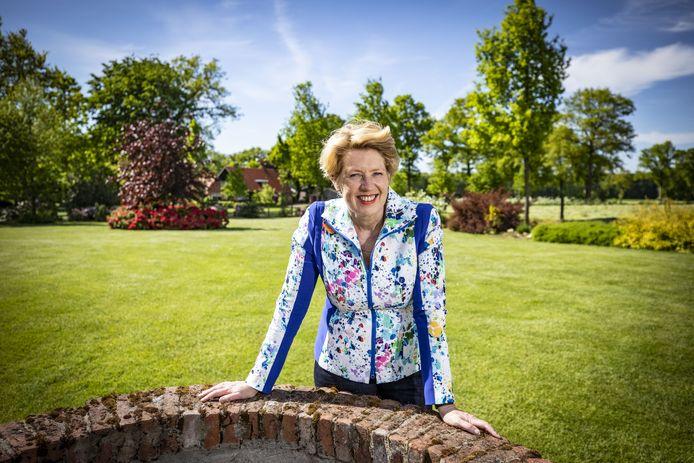 """Ursula Bekhuis thuis in Hezingen. """"Als je zo'n baan aanvaardt, dan weet je dat je eigenlijk maar een maandcontract hebt."""""""