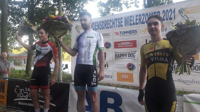 Winnaar Rico van Damme op het podium te midden van de nummer twee  Remco Schouten (links) en nummer drie Hidde van Veenendaal.