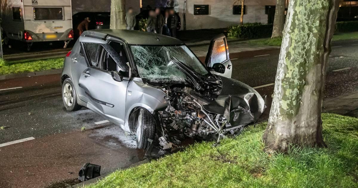 Automobilist gewond bij frontale botsing met boom in Zevenaar.