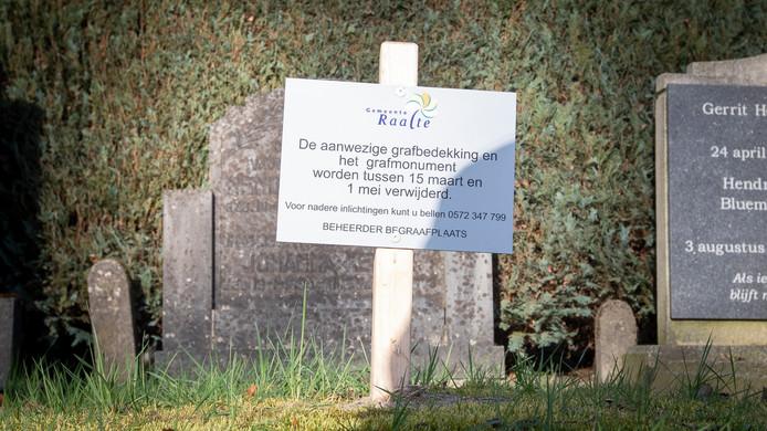 Bij verscheidene graven op de Algemene Begraafplaats Heino zijn bordjes geplaatst over de verwijdering van graven.