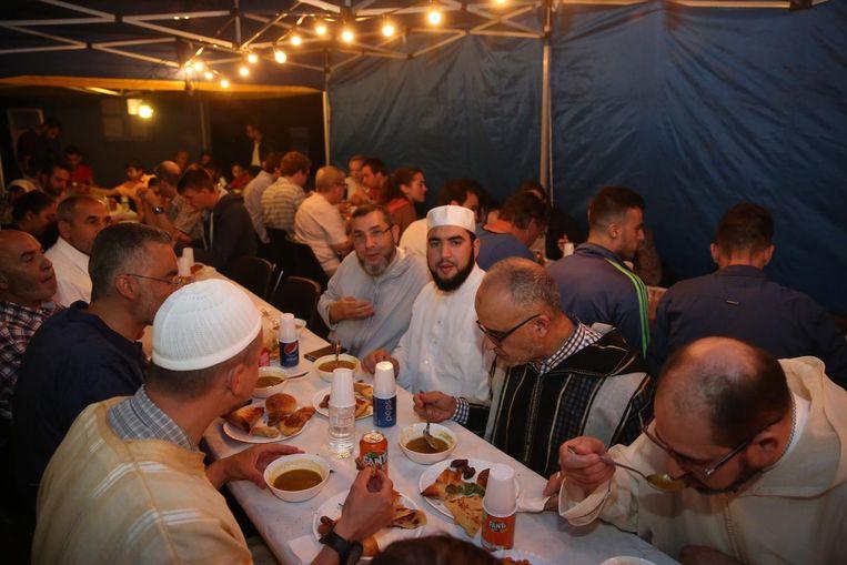Publieke iftars (bovenstaande is een archiefbeeld, niet uit Kortrijk) zijn verboden tijdens de ramadan.