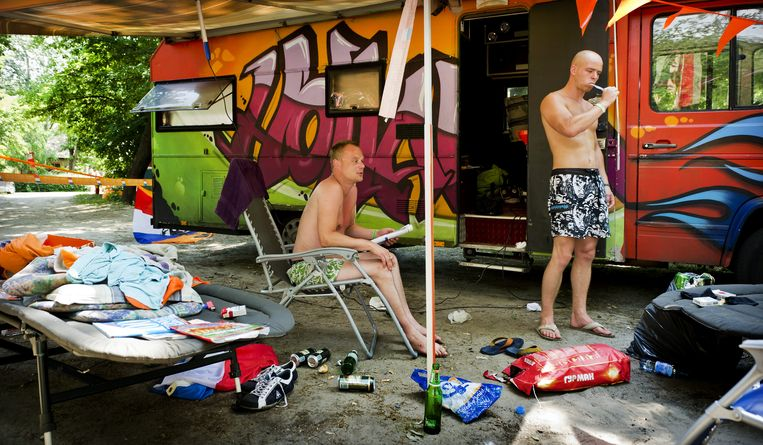 Oranjesupporters voor hun tent op de Oranjecamping in Charkov. Beeld anp