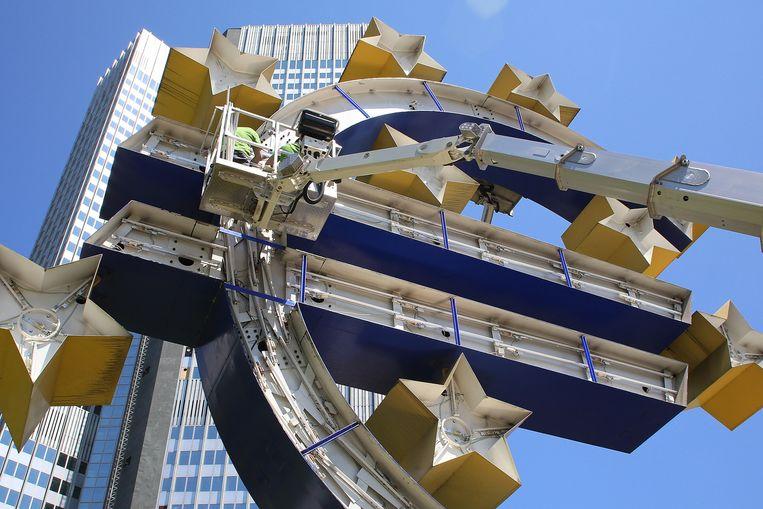 Het euroteken voor de ECB in Frankfurt wordt ontmanteld. Een voorteken? Beeld GETTY