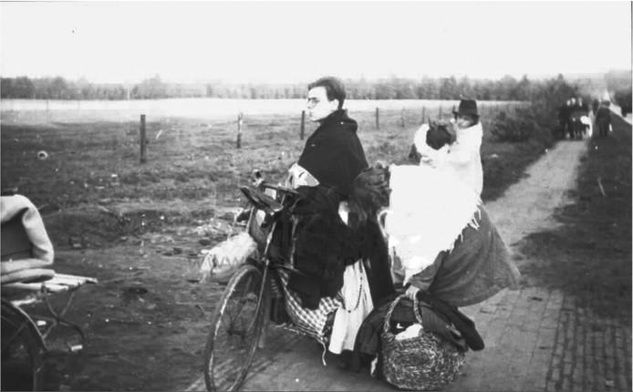 Vluchtelingen uit Elden op weg naar Apeldoorn.