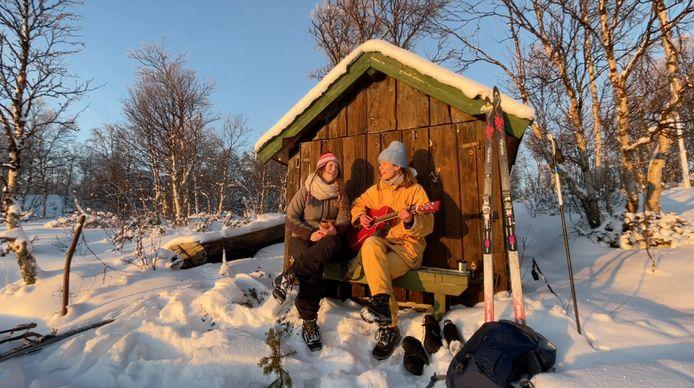 Cabaretduo Maartje (rechts) en Kine reden - in een lichte coronadip -  naar Noorwegen en schreven daar een nieuw theaterstuk.