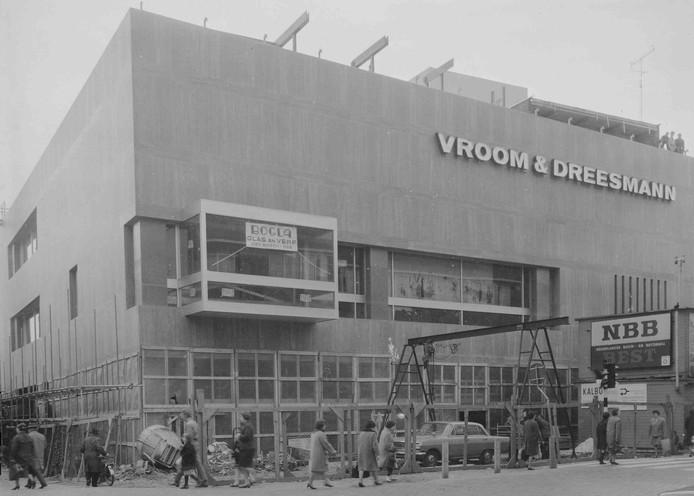 Bouw van het nieuwe pand van de V&D aan de Pensmarkt in april 1966.