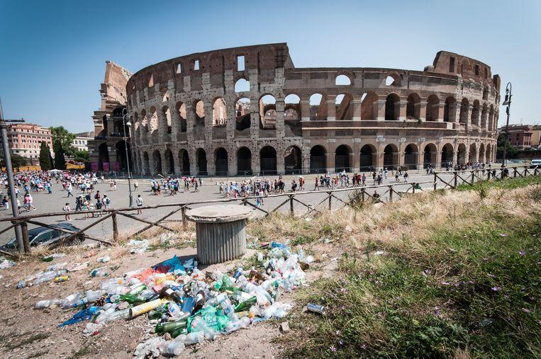 Een groene plek vlak bij het Colosseum in Rome wordt gebruikt als afvaldump. Beeld NurPhoto via Getty Images
