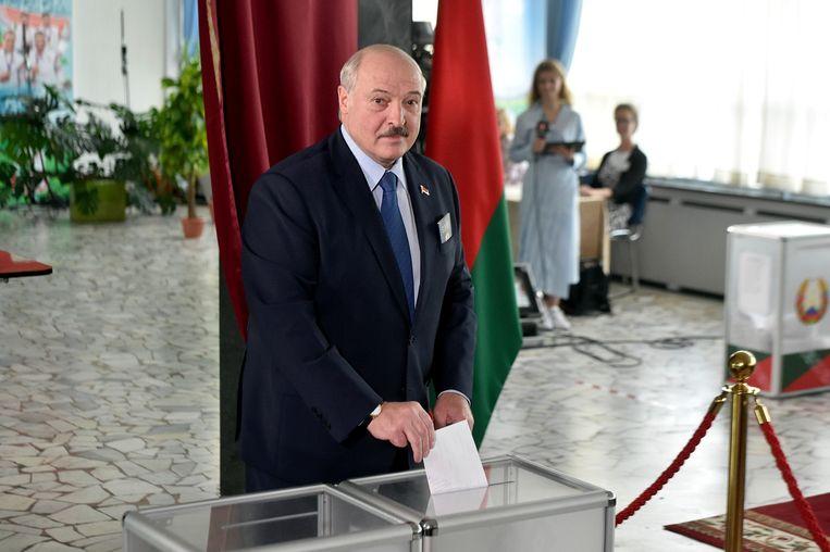 Aleksandr Loekasjenko in een stemlokaal in Minsk. Beeld Reuters