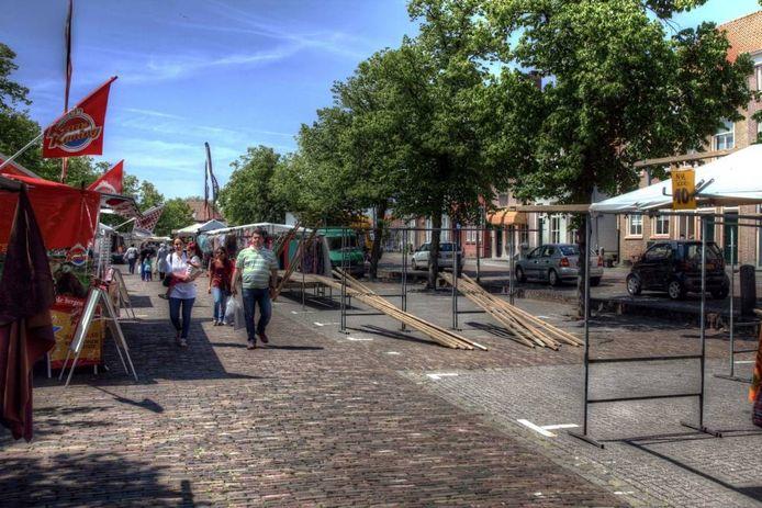 De weekmarkt in Bergen op Zoom is nu nog op de Gedempte Haven, door iedereen de Kaai genoemd. Wethouder Ton Linssen wil de markt nieuw leven inblazen door die te verhuizen naar het oostelijke deel van de binnenstad.