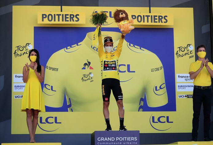 Pour la première fois, la parité s'est invitée sur le podium du Tour de France, avec un hôte et une hôtesse.