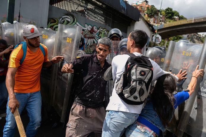 Venezolanen in hoofdstad Caracas gaan de confrontatie aan met de Fuerzas Armadas (gewapende krachten) over het tekort aan voedsel. De mensen eisen varkensvlees, dat in de traditionele kerst- en nieuwjaarsfeestmaaltijden gebruikt wordt.
