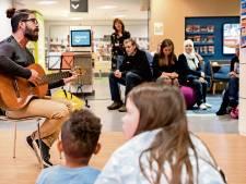 Iraniër maakt indruk met lied over Jezus in Raalter bibliotheek