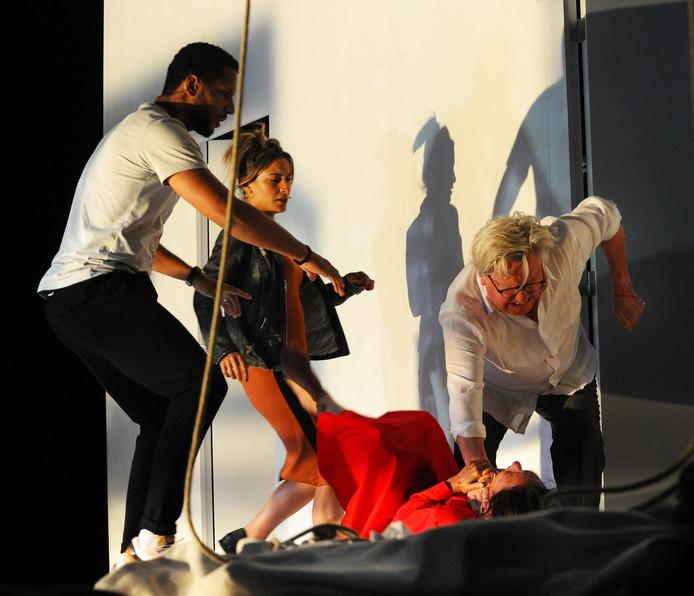 Scène uit 'Wie Is bang', openingsvoorstelling van Zeeland Nazomerfestival 2019.