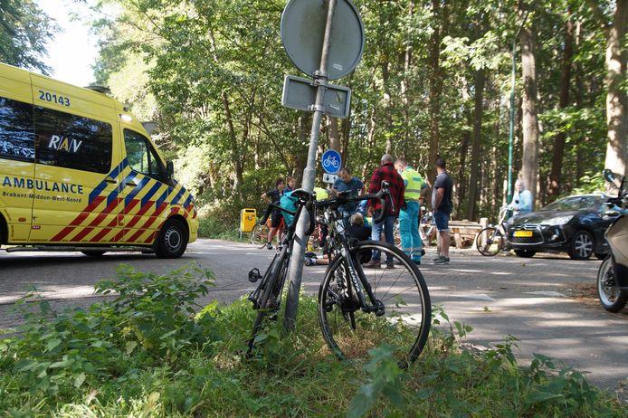 Ambulancepersoneel bij een van de twee ongevallen in de gemeente Loon op Zand.