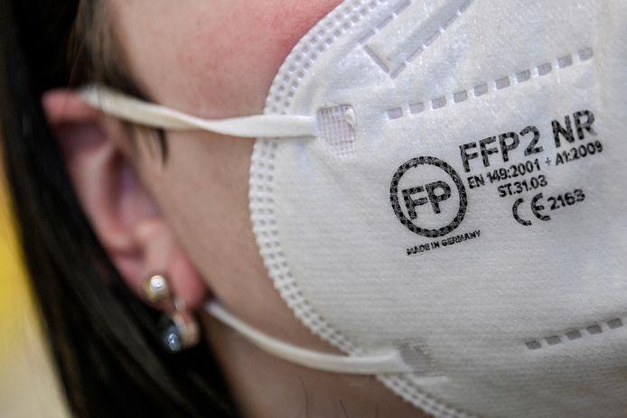 Une Alemande portant un masque FFP2