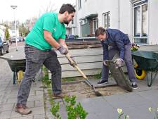Ommoord wordt een stuk duurzamer: met hulp van tuincoach en tegeltaxi