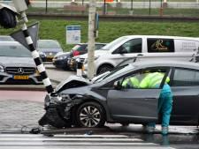 Twee personen gewond geraakt bij ongeval tussen auto en vrachtwagen in Den Haag