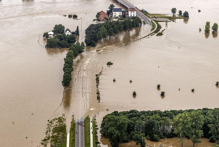 Luchtfoto van het gebied rond de Maas bij Roosteren na zware overstromingen. Limburg kampt met hevige wateroverlast. Beeld ANP